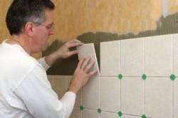 Чем приклеить плитку к дереву: монтаж кафеля на стены и пол, схема (фото и видео)