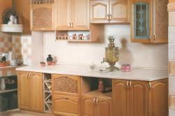 Пример кухни с рамочным деревянным фасадом