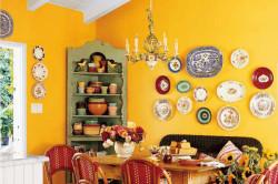 Кухня украшенная тарелками