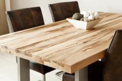 Деревянный стол на кухне