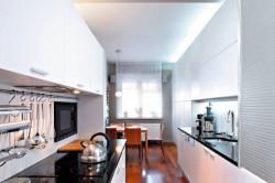 Узкая белая кухня