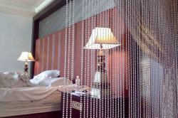 Зонирование помещения с помощью штор из нитей и бусин