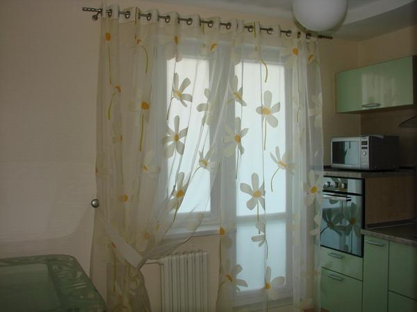 Шторы на окнах кухни