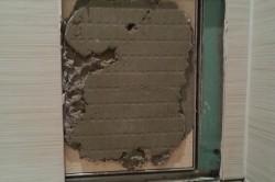 Приклеить отвалившуюся кафельную плитку