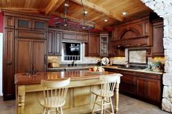 Кухня с мебелью из темного дерева
