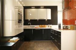 Пример кухни с использованием контрастных цветов