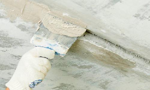 Заделывание швов на потолке