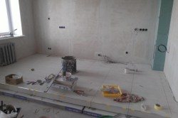Укладка керамогранита на подиум кухни