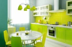 Пример кухни с однотонной плиткой