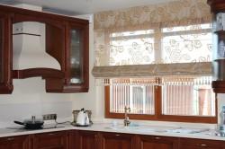Полупрозрачные римские шторы для кухни