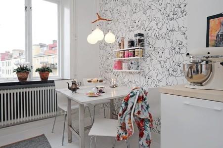 Белые комбинированные обои на кухне