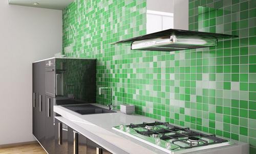 Стена кухни, отделанная керамической плиткой