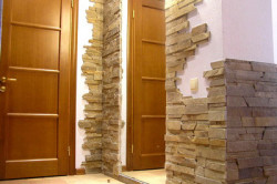 Отделка стен камнем в прихожей