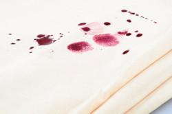При появлении пятен, необходимо незамедлительно замочить скатерть в мыльном растворе