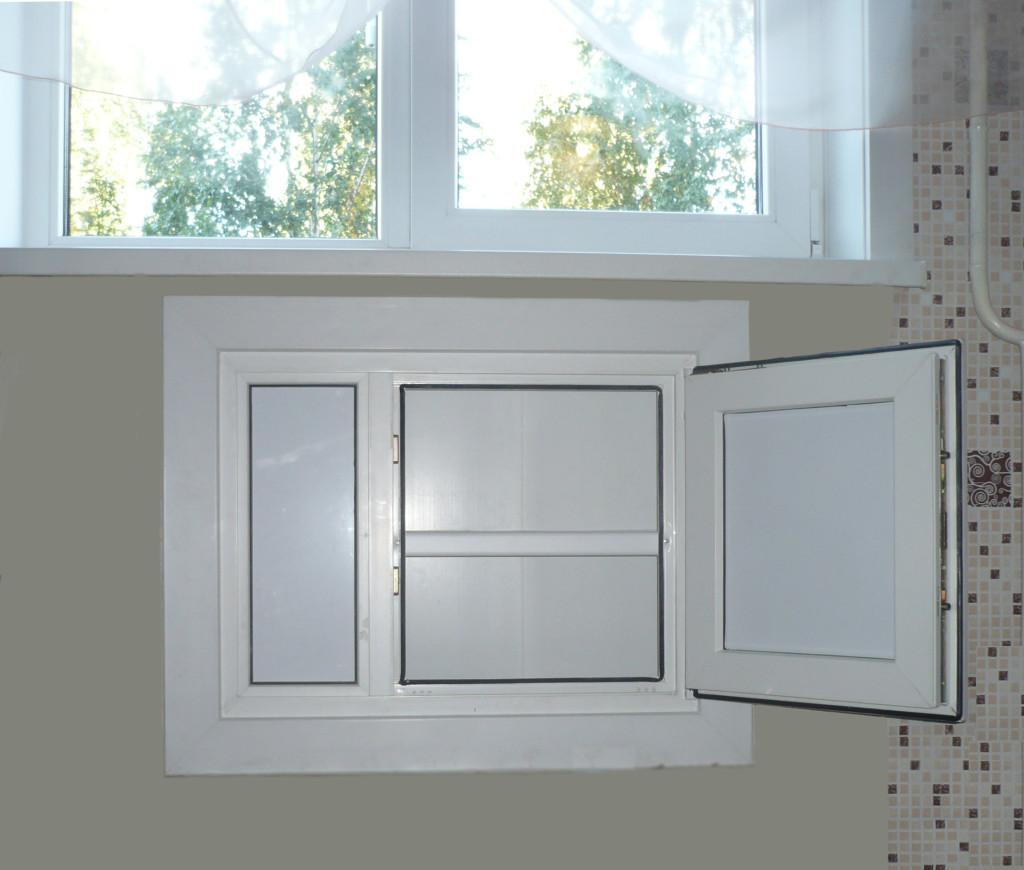 Зимний холодильник под окном