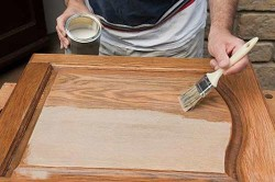 Обработка мебели лаком
