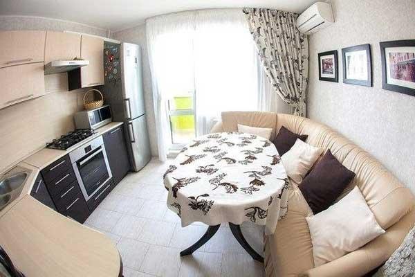 Использование дивана в дизайне кухни.